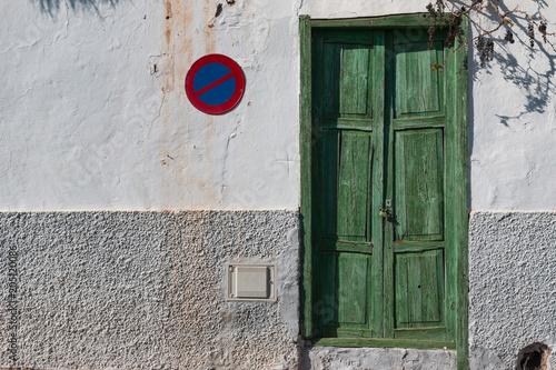Domowa ściana z drzwi i znakiem trzyma zakaz