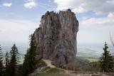 Junges Paar klettert aufs Felsen in Alpen