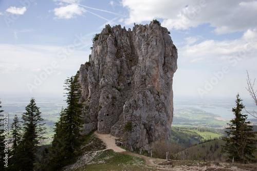 Plexiglas Blauwe hemel Junges Paar klettert aufs Felsen in Alpen