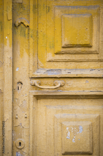 stare drzwi, klamka, stara żółta farba