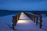 Europa, Deutschland,  Schleswig-Holstein, Lübecker Bucht, Timmendorfer Strand, Niendorf/Ostsee, Holzsteg, beleuchtet, Schnee, Blaue Stunde