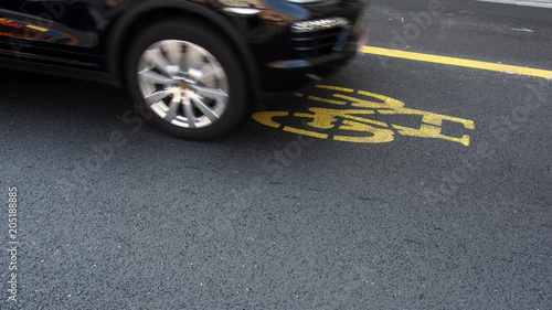 Verkehrssicherheit: Auto auf Fahrbahnmarkierung Radweg