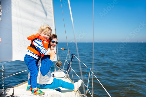 Aluminium Zeilen Family sailing. Mother and child on sea sail yacht.