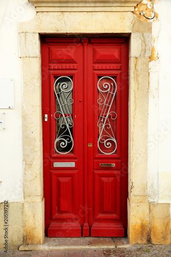 Czerwony drzwi dom w Faro, Algarve, południe Portugalia