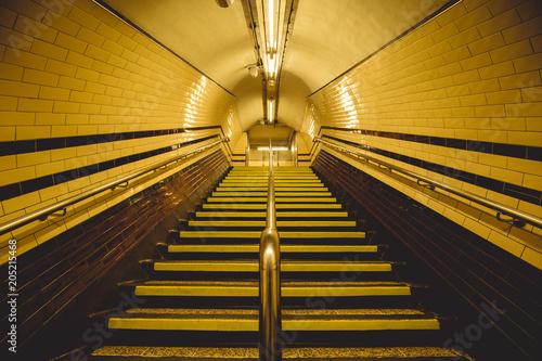 Markotny żółty tunel i schody na Londyńskim metrze