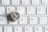Würfel mit Paragraph Symbol und Abkürzung DSGVO auf einer Tastatur