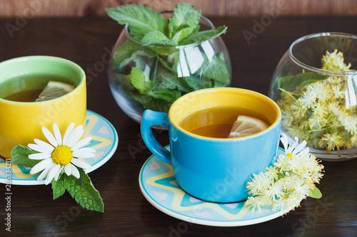 Filiżanki herbaty ziołowe z rumianku i liści mięty