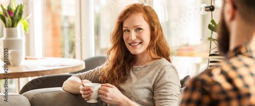Uśmiechnięta kobieta patrzeje męża