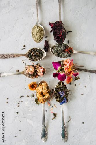 Różne smaki herbaty. Zielonej herbaty kwiatu herbaty matcha karkade w łyżkach. Płaskie leżało.