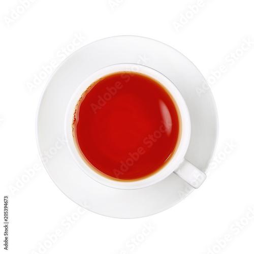 Biała filiżanka czarna herbata na spodeczku odizolowywającym
