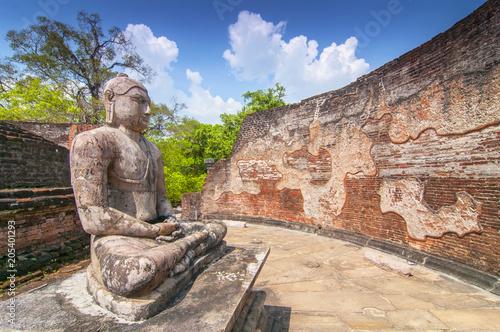 Canvas Boeddha Meditating Buddha statue in Polonnaruwa Vatadage, Polonnaruwa, Sri Lanka.