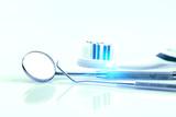 Instrumente beim Zahnarzt mit Lichtreflex
