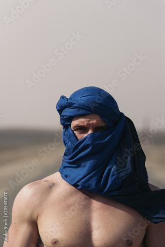 Plexiglas Marokko Portrait of caucasian man with turban looking at camera.