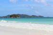 plage de sable blanc et eaux turquoise aux seychelles