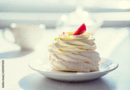 kremowy tort na stole w słoneczny pokój