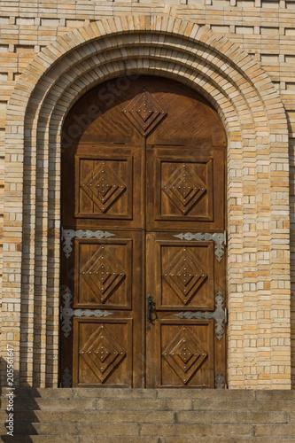 Starożytne zabytkowe drewniane drzwi