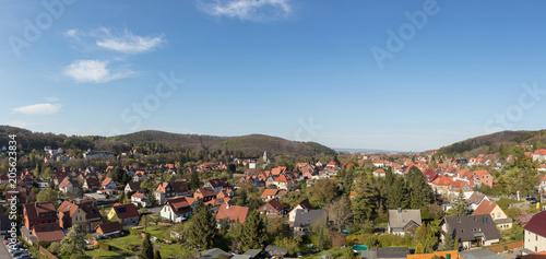 Wall mural Stadtbild von Wernigerode als Panorama mit Gebirge