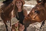 Mutter Tochter auf einer Farm - 205635890