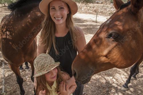 Mutter Tochter auf einer Farm