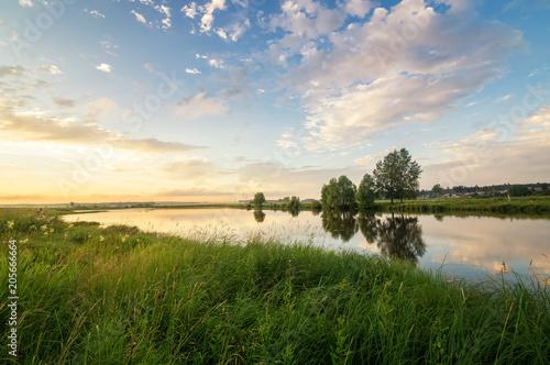 Plexiglas Berkenbos летний вечерний пейзаж на Уральской реке с соснами на берегу, Россия, июнь
