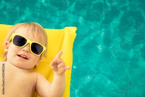 Śmieszna chłopiec w pływackim basenie