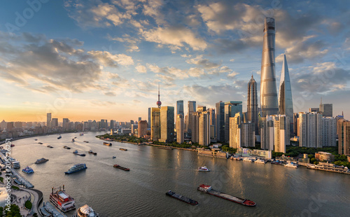 Fototapeta samoprzylepna Blick auf die modernen Wolkenkratzer der Skyline von Shanghai bei Sonnenuntergang, China