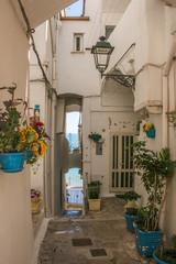 Splendido vicolo nel centro storico della città di Sperlonga in Lazio © Buffy1982
