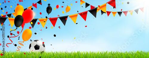 Leinwanddruck Bild Deutschland Trikolore Girlanden, Luftballons, Konfetti und Fußball Wiese Kulisse