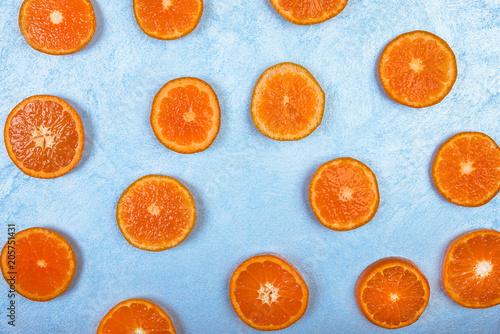 Świezi pomarańcze plasterki na błękitnym tle, odgórny widok