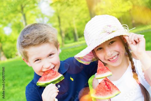 Kinder im Park mit Melone Pärchen