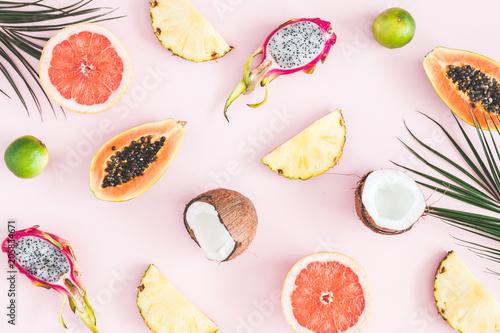 letnie-owoce-tropikalne-liscie-palmowe-ananas-kokos-papaja-owoc-smoka-pomaranczowy-na-pastelowym-rozowym-tle-plaski-lay-widok-z-gory