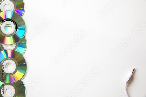 Dvds apilados sobre fondo blanco con conector jack de audio
