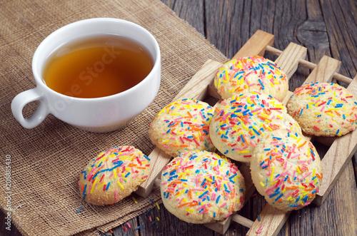 Ciasteczka z kolorowymi posypkami i herbatą