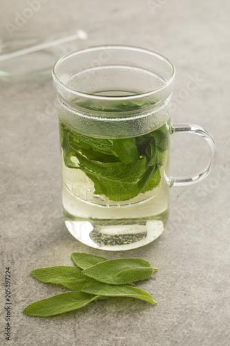Kieliszek zdrowej herbaty szałwiowej