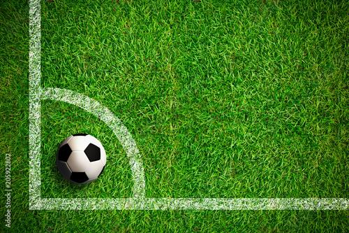 Leinwanddruck Bild Fußball auf Rasen, Eckball