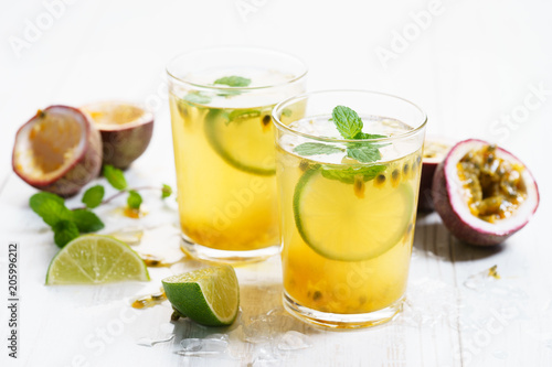 Fotobehang Sap passion fruit with lime and mint leaves