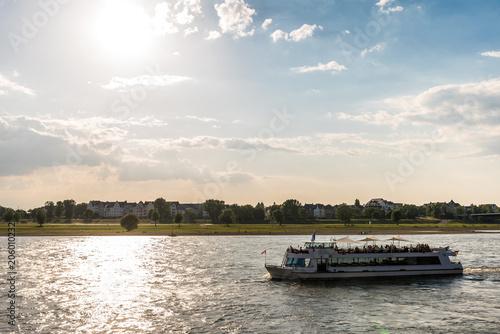 Fototapeta Ausflugdampfer auf Rhein im Gegenlicht