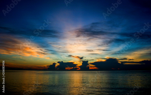 Foto Murales The sky and the sun rise over the sea in southern Thailand.