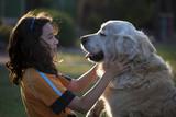Perro mira a niña - 206117470