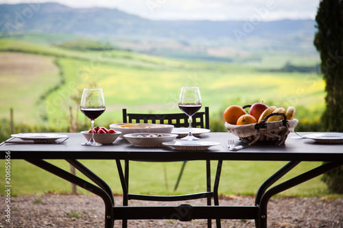 Canvas Toscane lunch with a view - table against beautiful landscape in Tuscany