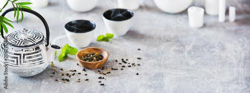 Biały Żelazo Asian Teapot Z Zielonymi Liśćmi Miętowymi. Czas na Herbatę