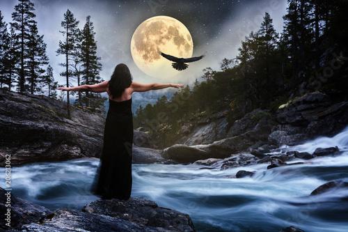 Leinwanddruck Bild Frau im schwarzen Kleid bei Vollmond am Fluss