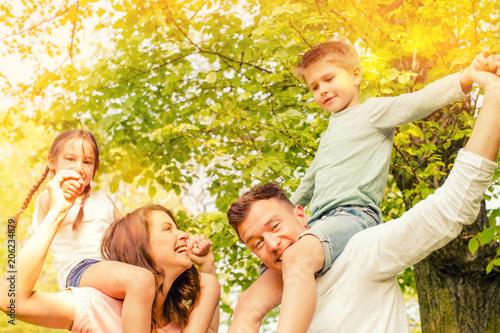 Foto Murales fröhliche moderne Familie