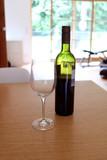 Glas und Weinflasche auf dem Esstisch - 206258294