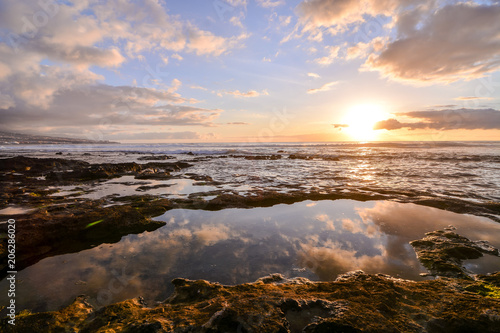 Fotobehang Zee zonsondergang The Sun Setting in the Sea