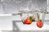 frutas al agua ,fresas ,agua ,caída ,