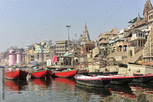Fotobehang Schip Boote und Ghats am Ganges Fluss, Varanasi, Benares, Uttar Pradesh, Indien, Südasien, Asien