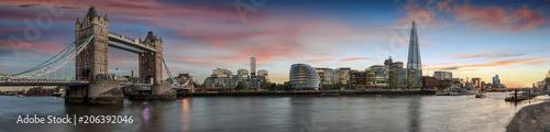 Leinwanddruck Bild Weites Panorama von der Tower Bridge bis zum Tower of London bei Sonnenuntergang, Großbritannien