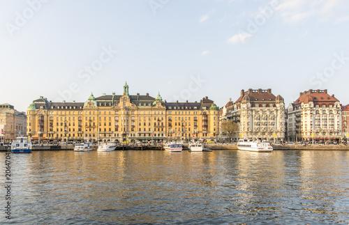 Fotobehang Stockholm Utsikt över Östermalm och Strandvägen i förgrunden en fin och varm vårdag i Stockholm