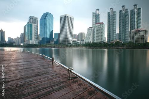 Aluminium Bangkok les gratte-ciels de bangkok qui se reflètent sur un lac
